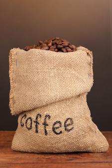 Grãos de café em um saco na mesa