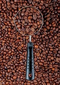 Grãos de café em uma cafeteira ou turco na vista superior de grãos de café