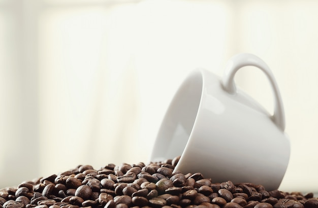 Grãos de café em uma caneca