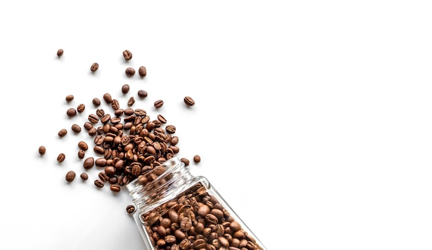 Grãos de café em uma garrafa de vidro isolada