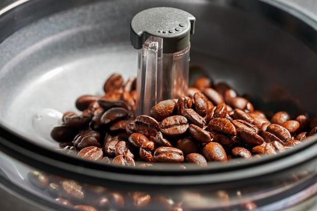 Grãos de café em uma máquina