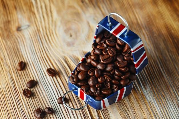 Grãos de café em uma pequena caixa com padrão de bandeira da grã-bretanha na madeira