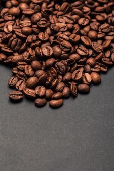 Grãos de café em uma superfície cinza