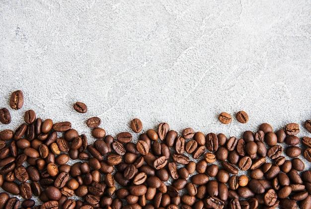 Grãos de café em uma superfície de pedra