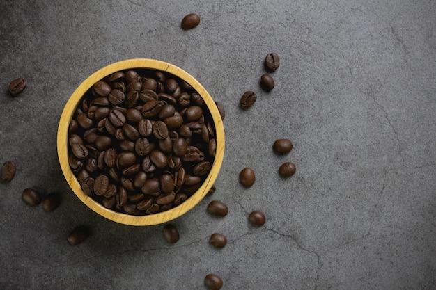 Grãos de café em uma tigela na mesa