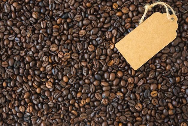 Grãos de café escuros e a etiqueta. vista do topo.