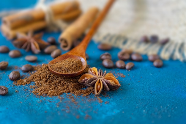 Grãos de café espalhados em uma textura azul