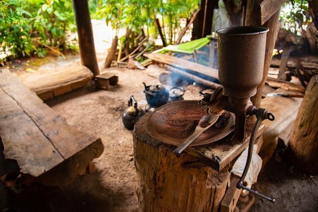 Grãos de café frescos grãos de café arábica caindo em uma máquina profissional mais fria de fiação