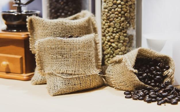 Grãos de café frescos no saco de cânhamo, grãos de café torrados