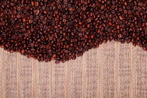Grãos de café frescos prontos para preparar café delicioso