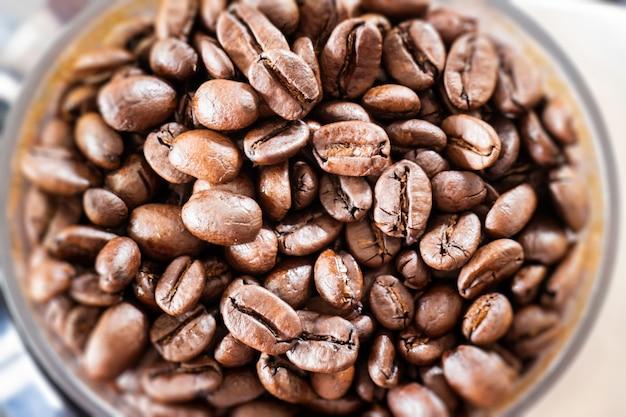 Grãos de café frescos torrados