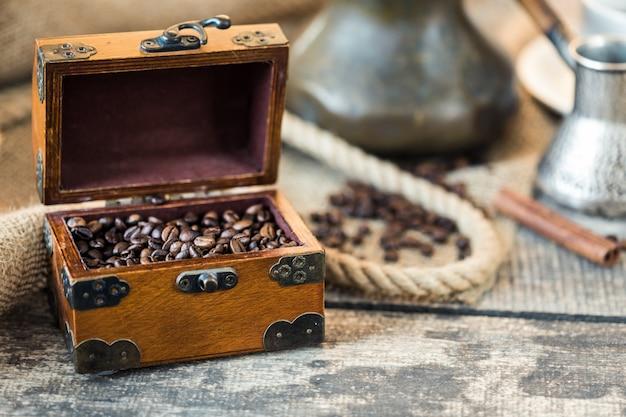 Grãos de café. grãos de café torrados na mesa de madeira marrom