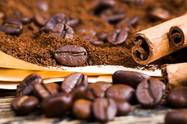 Grãos de café inteiros perfumados de perto