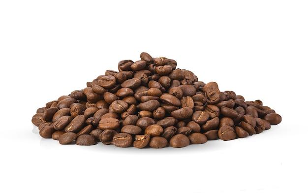 Grãos de café isolados em área branca