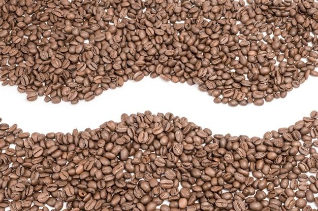 Grãos de café isolados em recorte branco