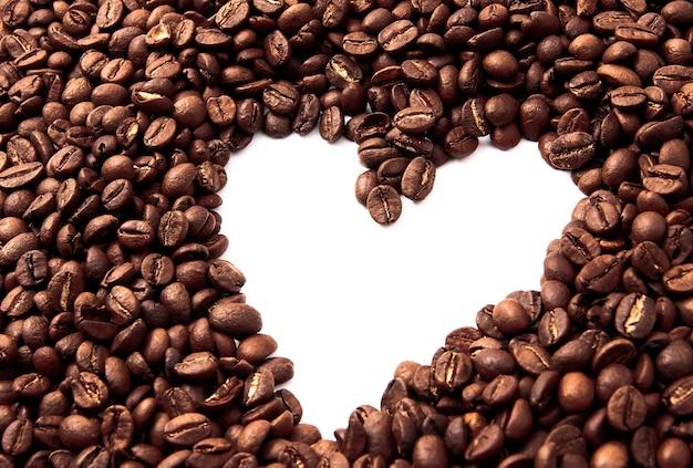 Grãos de café isolados em um branco