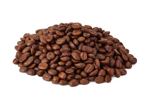 Grãos de café isolados na área de fundo branco para espaço de cópia.