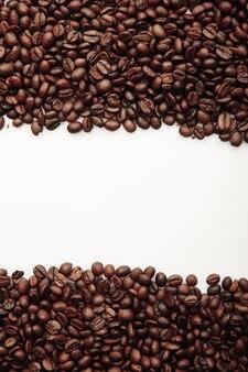 Grãos de café isolados na imagem vertical branca