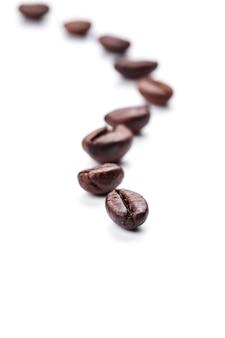 Grãos de café isolados na superfície branca e