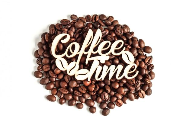 Grãos de café isolados na vista superior de fundo branco