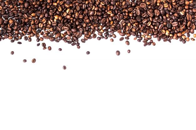 Grãos de café isolados no branco com copyspace para texto. fundo ou textura de café