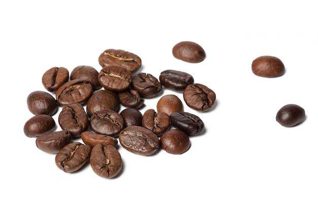Grãos de café, isolados no branco