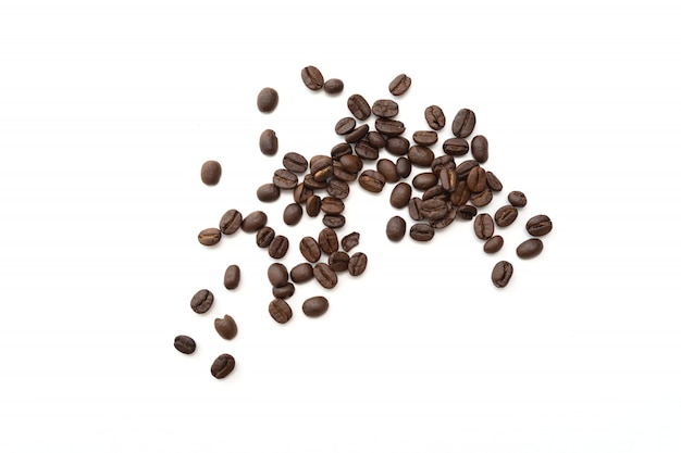 Grãos de café isolados no branco