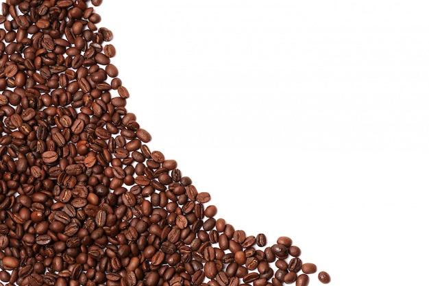 Grãos de café isolados no canto da borda de fundo branco, um lugar para o texto de publicidade