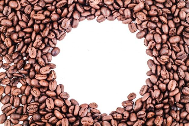 Grãos de café, isolados no fundo branco com copyspace para texto