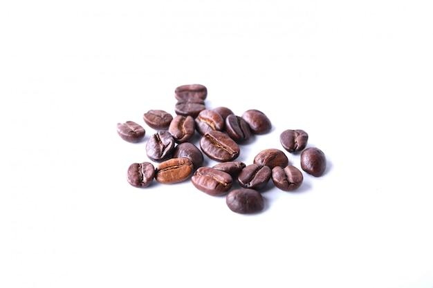 Grãos de café, isolados no fundo branco