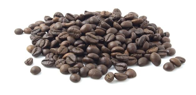 Grãos de café isolados no fundo branco.