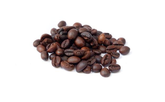 Grãos de café isolados no fundo branco