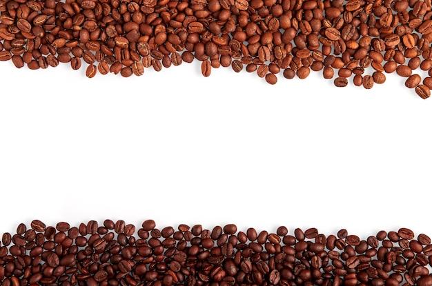 Grãos de café listras grossas ao longo da borda acima e abaixo, isoladas no fundo branco