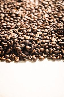 Grãos de café marrons e sementes