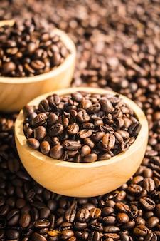 Grãos de café marrons em tigela de madeira