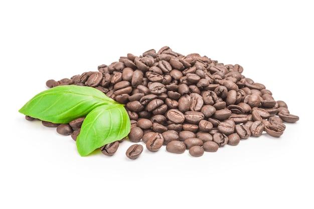 Grãos de café marrons em um fundo branco. trajeto de grampeamento