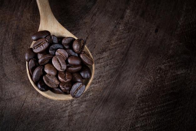Grãos de café na colher de pau