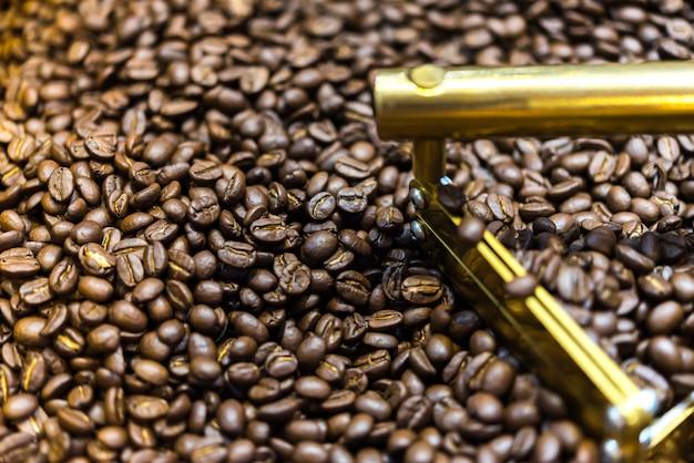 Grãos de café na máquina de grãos de café torrador