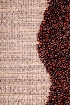 Grãos de café na mesa de madeira velha