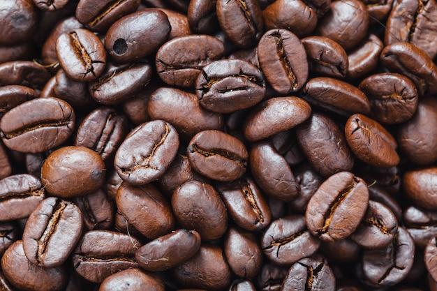 Grãos de café na mesa de madeira