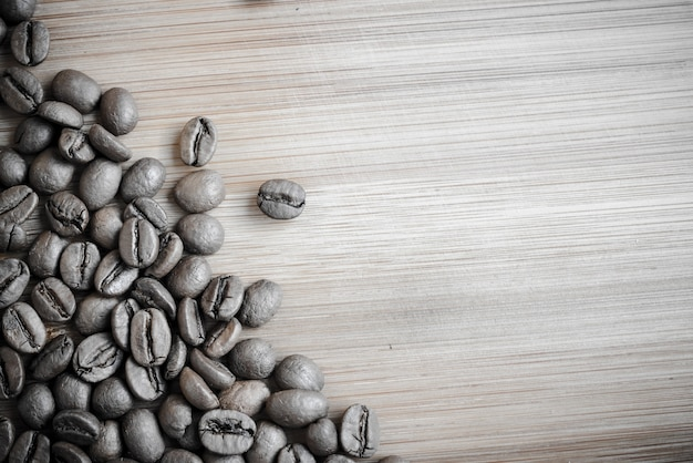 Grãos de café na mesa