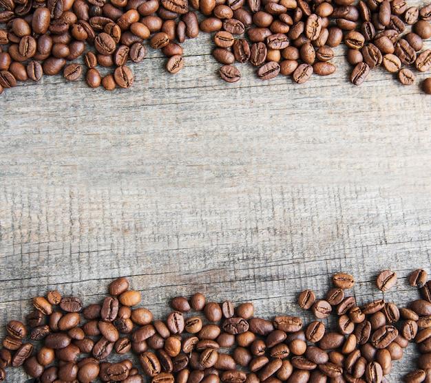 Grãos de café na superfície de madeira