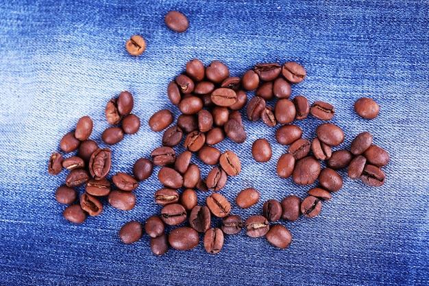 Grãos de café na superfície do jeans