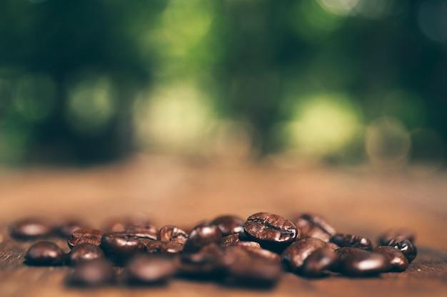 Grãos de café na textura de madeira. fechar-se