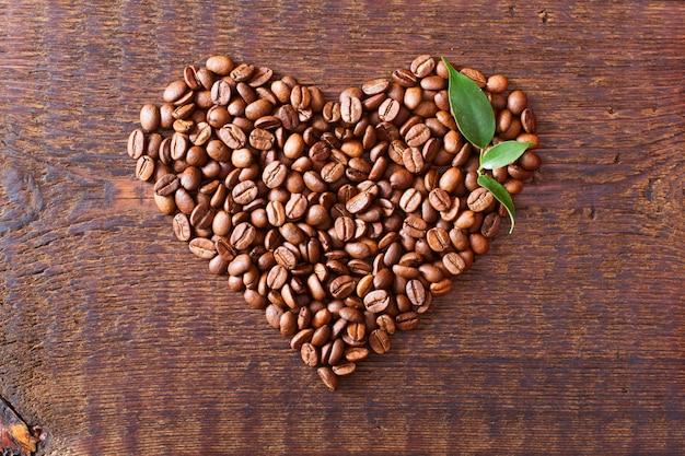 Grãos de café na textura de madeira