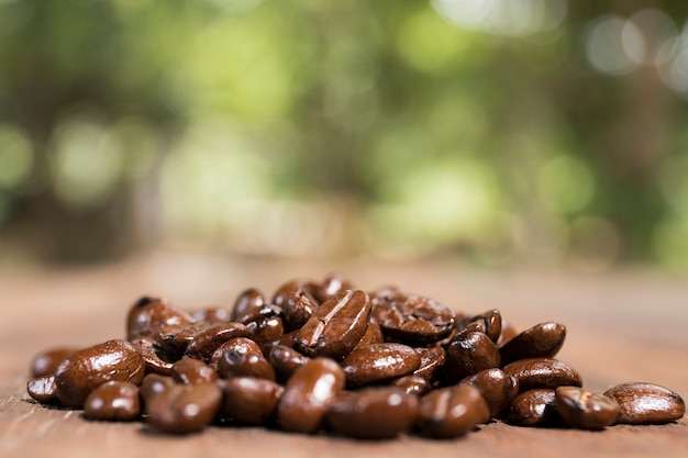 Grãos de café na textura de madeira.