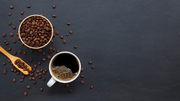 Grãos de café na velha mesa preta