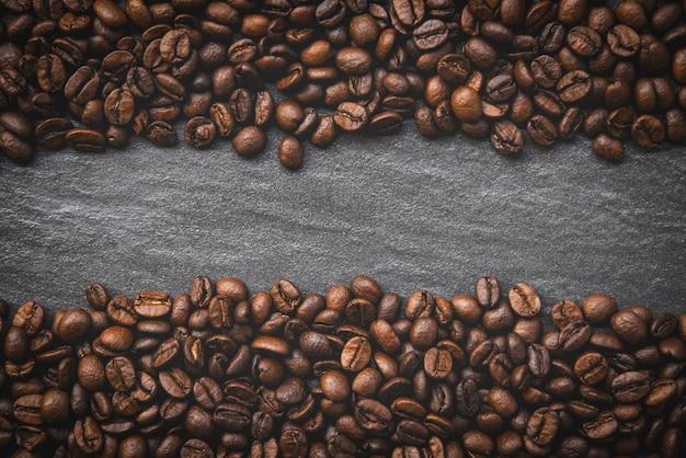 Grãos de café na vista superior de fundo escuro