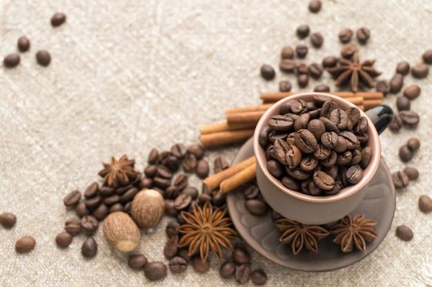 Grãos de café na xícara de cerâmica
