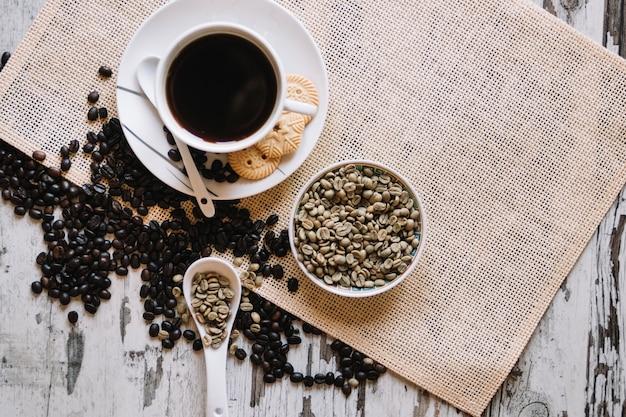 Grãos de café não tratados e xícara de café